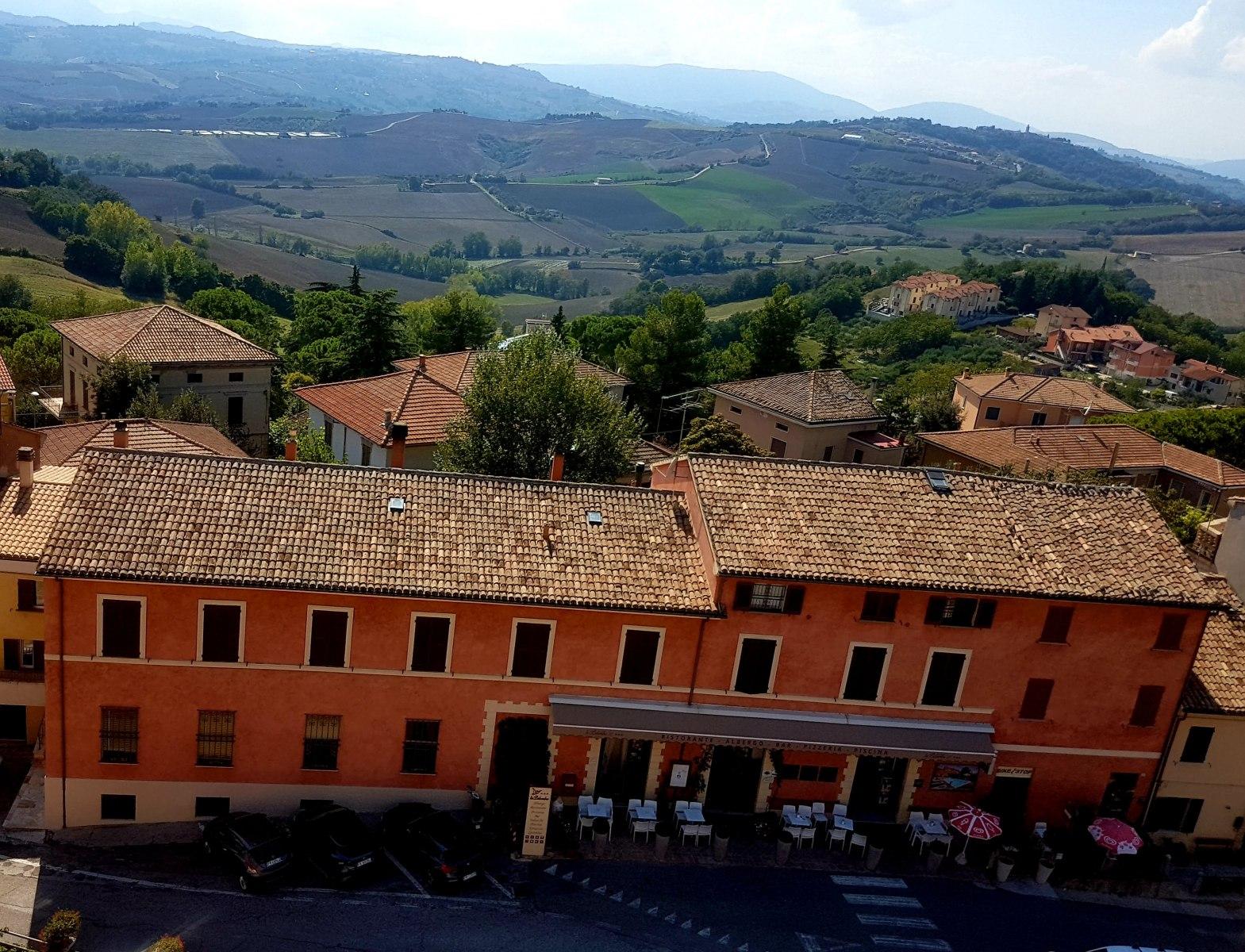 Mondavio, Hotel La Palomba vanuit de toren van La Rocca